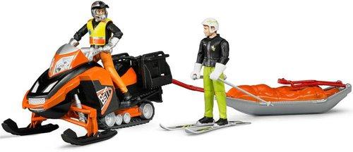 Bruder Snowmobil mit Fahrer, Akia-Rettungsschlitten und Skifahrer